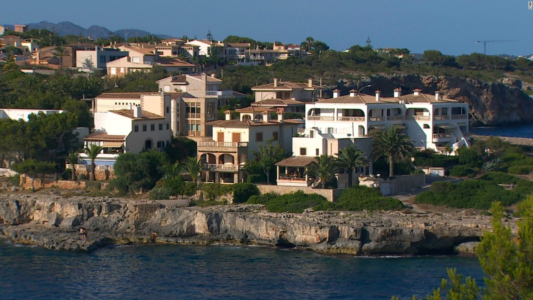 "Nadal reportedly<a href=""https://www.mypremiumeurope.com/travel-news/spain/rafael-nadal-mallorca.htm"" target=""_blank""> bought a €4 million ($4.4 million) coastal villa</a> in nearby Porto Cristo in 2013."