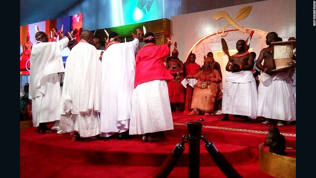 The chiefs and noblemen paying homage to the new Oba.