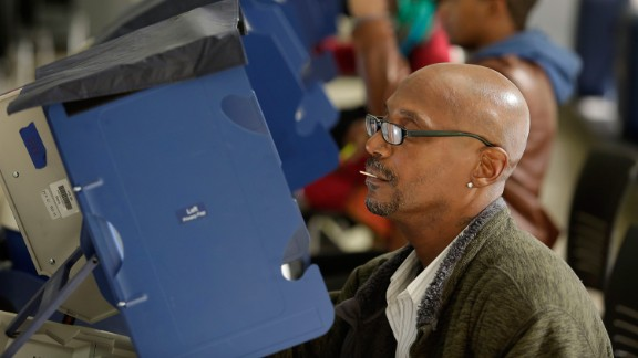 Voters cast their ballot during early voting at a polling station at Truman College on October 31, 2016 in Chicago, Illinois.  / AFP / Joshua Lott        (Photo credit should read JOSHUA LOTT/AFP/Getty Images)