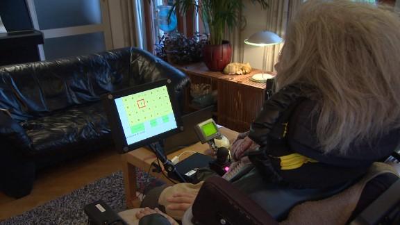 De Bruijne now uses a brain-computer interface to communicate.