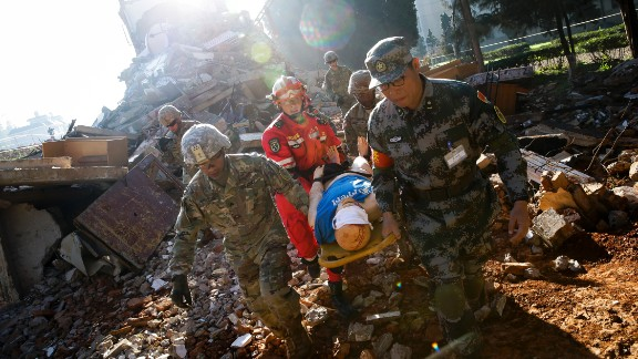 Soldiers from Chinese PLA Southern Theater Command Army and the US Army Pacific conduct a joint rescue operation.