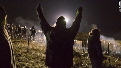 Police clash with Dakota pipeline protesters