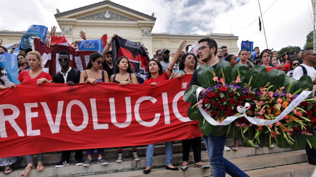 Cuban students chant slogans and carry a wreath as they mourn the death of revolution leader Fidel Castro, at the University of Havana, on November 26, 2016, in Havana.