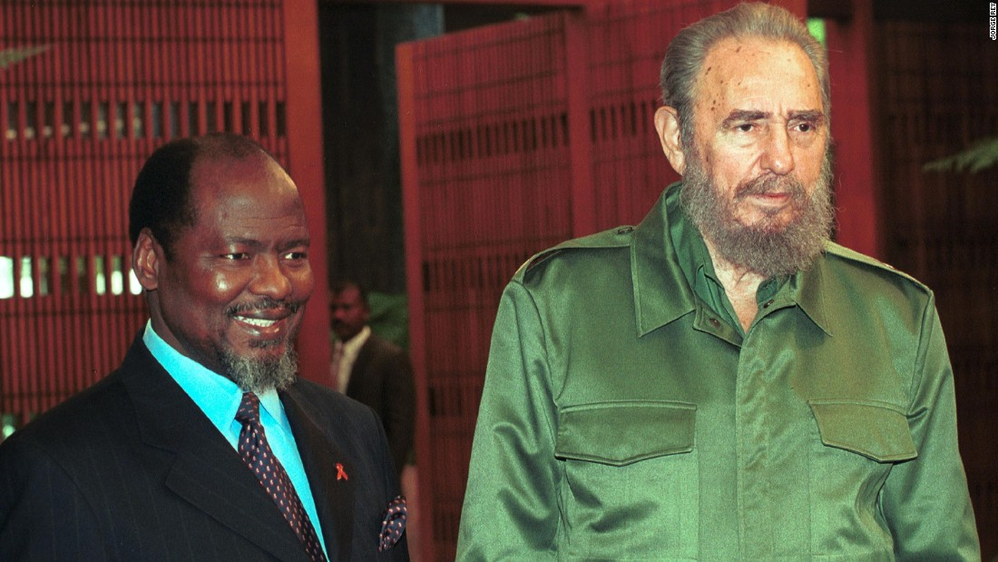 Castro receives the president of Mozambique, Joaquim Chissano on October 29, 2001