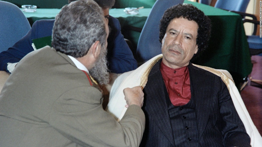 Castro speaks with Libyan leader Muammar Gaddafi, during the non-aligned countries summit, on September 4, 1986 in Harare, Zimbabwe