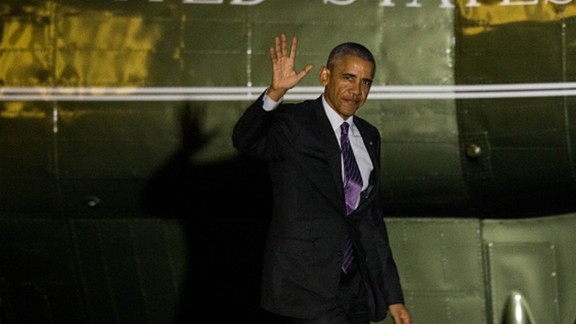 President Barack Obama waves as he arrives at the White House November 29, 2016  in Washington, D.C.   President Obama traveled to Walter Reed National Military Medical Center to meet with wounded service members.  / AFP / ZACH GIBSON        (Photo credit should read ZACH GIBSON/AFP/Getty Images)