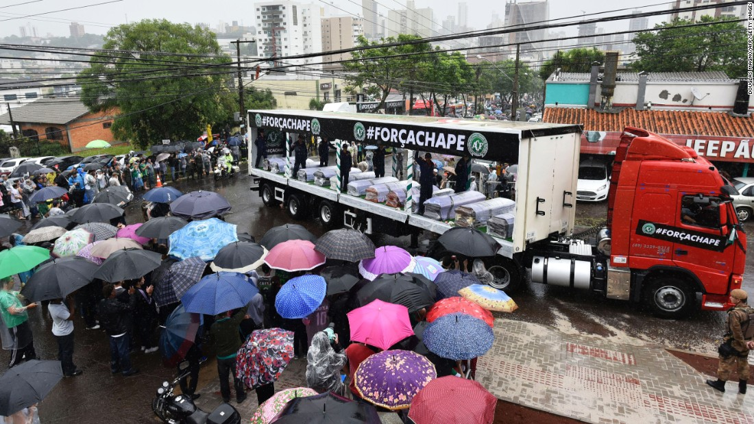 Despite heavy rainfall, people line the road to watch the passage of the funeral cortege in  Chapeco on December 3.