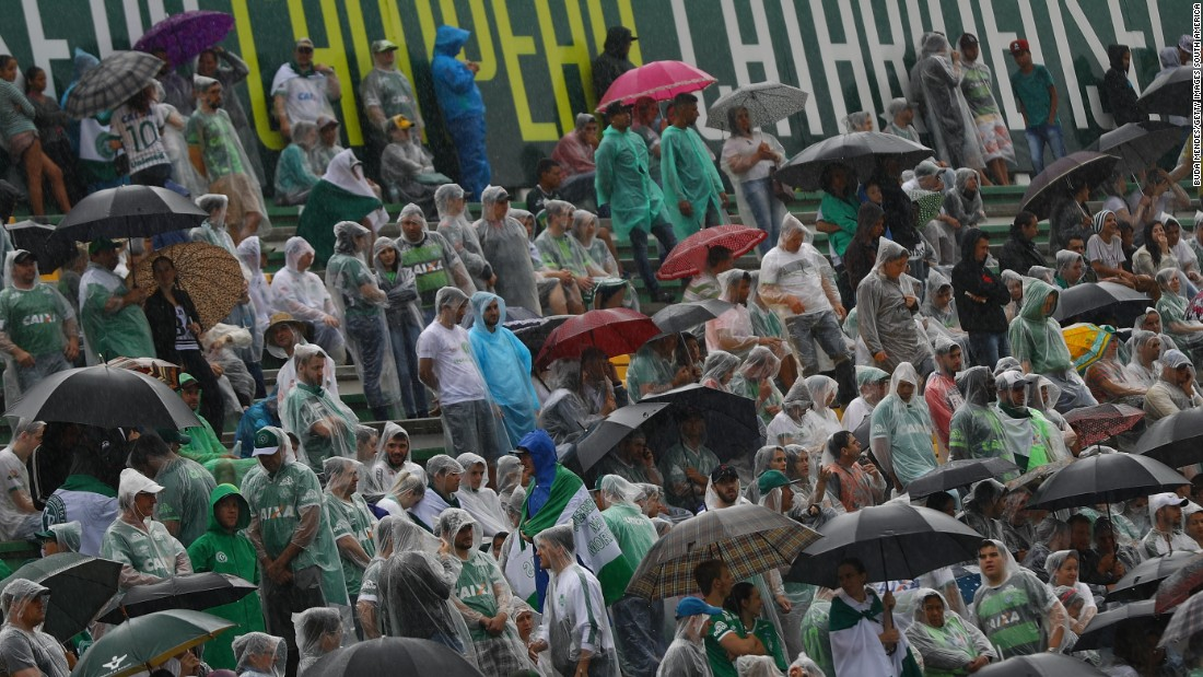 Fans gathered in their thousands despite the poor weather conditions to pay their tributes at the Arena Conda stadium in Chapeco.