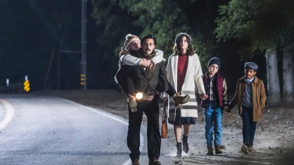 """The Pearsons take a Thanksgiving stroll after a disastrous day in """"This Is Us."""""""