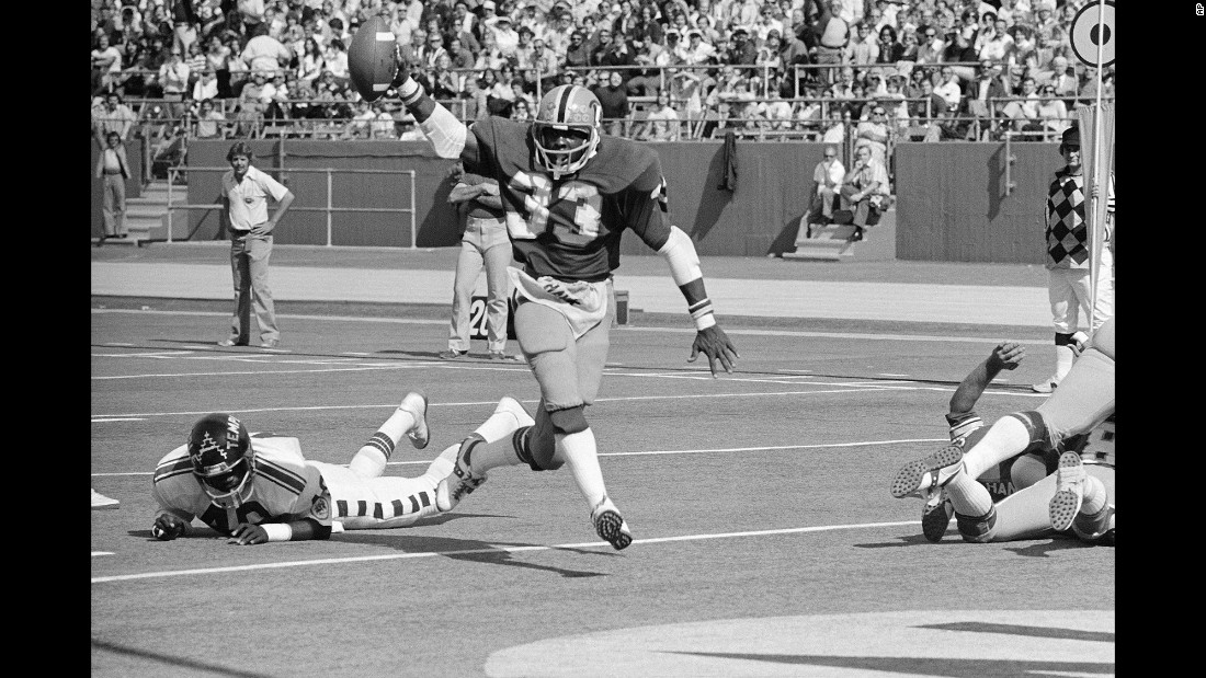 "Tony Dorsett of the University of Pittsburgh holds the ball aloft as he runs past Temple safety Chuck Gill during a game in Pittsburgh on September 27, 1976. After a career in professional football, Dorsett <a href=""http://www.espn.com/dallas/nfl/story/_/id/12300070/tony-dorsett-battling-cte-had-no-idea-end-was-going-this"" target=""_blank"">said</a> he now struggles with trauma-induced memory loss."