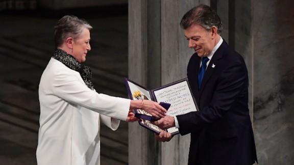 Colombian leader Juan Manuel Santos receives the award Saturday from Berit Reiss-Andersen in Oslo.