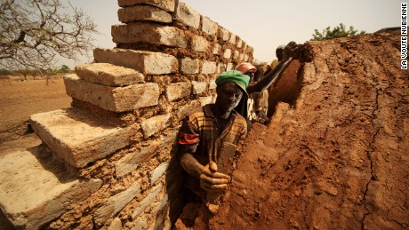 Masons work with earth bricks to construct Nubian vault homes.