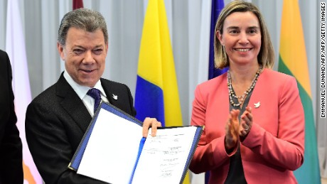 Colombia's President Manuel Santos (L) and EU foreign policy chief Federica Mogherini pose after the signature of the constitutive agreement of the EU Trust Fund for Colombia during an event on the side of an EU Foreign Affairs council  in Brussels on December 12, 2016.   / AFP / POOL / EMMANUEL DUNAND        (Photo credit should read EMMANUEL DUNAND/AFP/Getty Images)