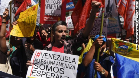 Activists demonstrate outside the Argentine Foreign Ministry in Buenos Aires, during a meeting among Mercosur's ministers where Venezuela was not invited, on December 14, 2016. Mercosur's foreign ministers debate on Venezuela's suspension from the group after accusations that the leftist government in Caracas failed to meet democratic and trade standards. / AFP / EITAN ABRAMOVICH        (Photo credit should read EITAN ABRAMOVICH/AFP/Getty Images)