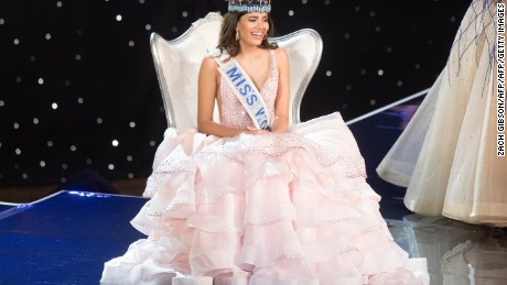 Miss Puerto Rico Stephanie Del Valle reacts after being crowned Miss World during the Miss World 2016 pageant at the MGM National Harbor December 18, 2016 in Oxon Hill, Maryland.   / AFP / ZACH GIBSON        (Photo credit should read ZACH GIBSON/AFP/Getty Images)