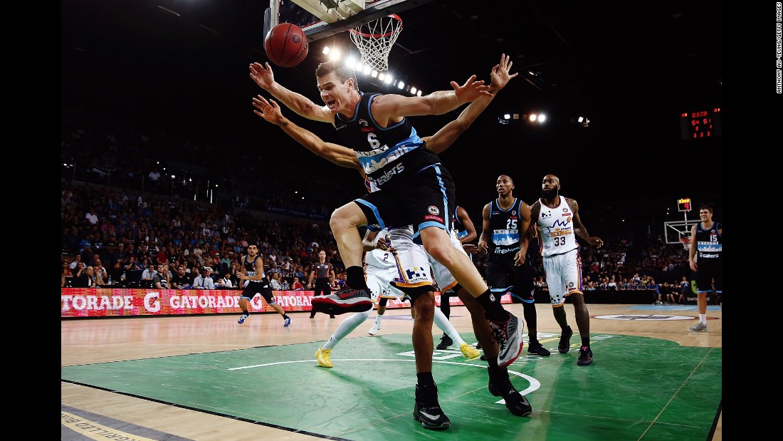 Kirk Penney of the New Zealand Breakers, front, collides with Garrett Jackson of the Sydney Kings during the 15th round of the NBL match on January 13 in Auckland.