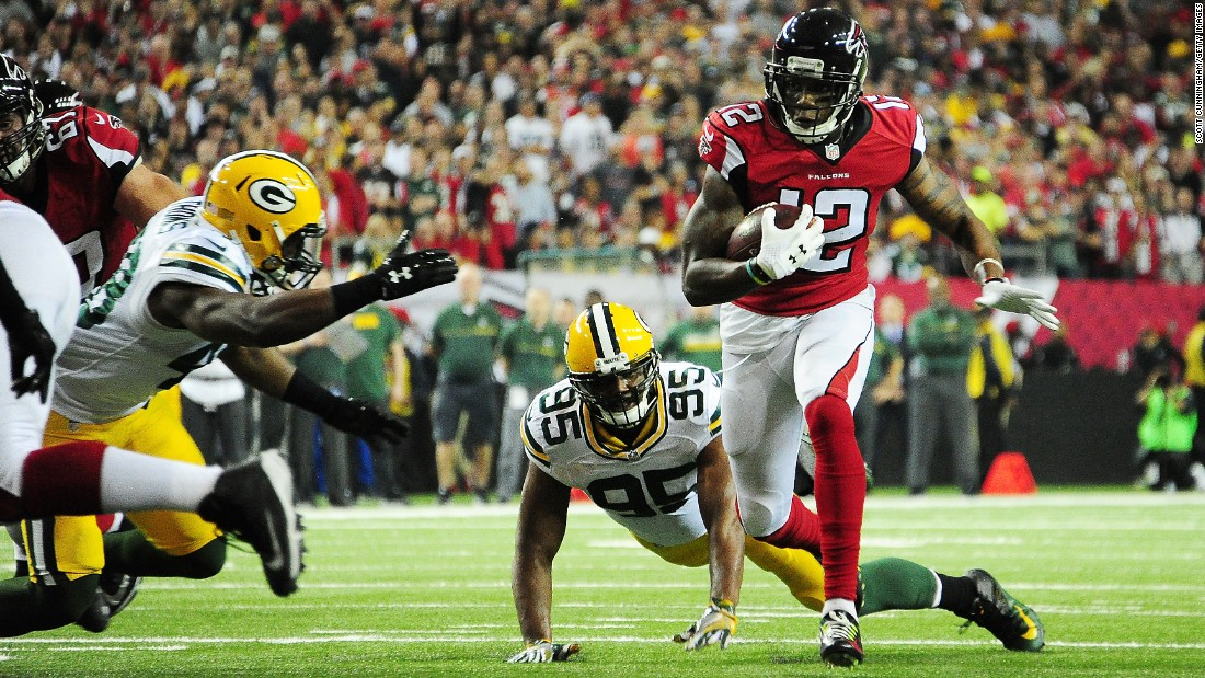 Falcons wide receiver Mohamed Sanu runs the ball against the Green Bay Packers during the first quarter.