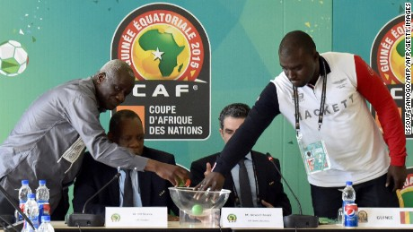 Diarra and Dabo draw lots under the watchful eye of CAF president Issa Hayatou.