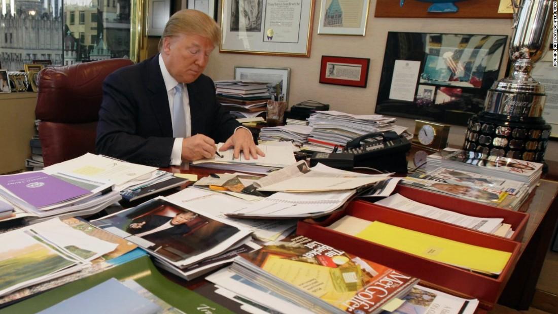 Trump S Desk On Display Clutter And All Cnnpolitics