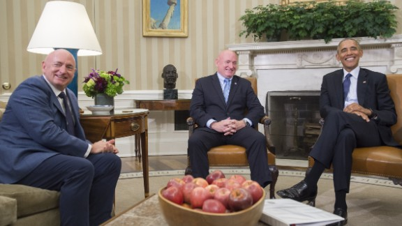 US President Barack Obama meets with NASA astronaut Scott Kelly (C) and his twin brother, retired NASA Astronaut Mark Kelly, in the Oval Office of the White House in Washington, DC, October 21, 2016. / AFP / SAUL LOEB        (Photo credit should read SAUL LOEB/AFP/Getty Images)