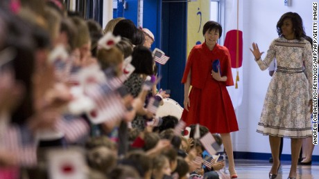US First Lady  Michelle Obama (R), and  Prime Minister of Japan, Shinzo Abe's wife Akie Abe meet students during a tour of the Great Falls Elementary School in Great Falls, Virginia on April 28, 2015.