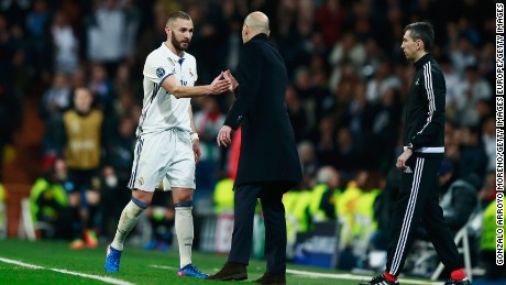 MADRID, SPAIN - FEBRUARY 15:  Zinedine Zidane head coach of Real Madrid shakes hands with Karim Benzema of Real Madrid during the UEFA Champions League Round of 16 first leg match between Real Madrid CF and SSC Napoli at Estadio Santiago Bernabeu on February 15, 2017 in Madrid, Spain.  (Photo by Gonzalo Arroyo Moreno/Getty Images)