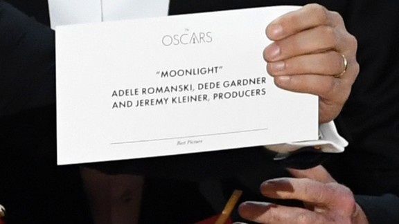 "Horowitz shows the correct card that says ""Moonlight"" won best picture."