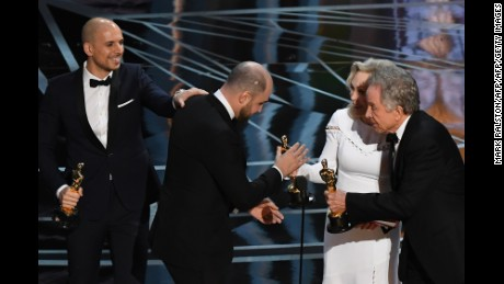 "TOPSHOT - ""La La Land"" producer Jordan Horowitz (2ndL) accepts his award for best picture from US actors Faye Dunaway (2ndR) and Warren Beatty (R) next to producer fred Berger after initially believing they had won at the 89th Oscars on February 26, 2017 in Hollywood, California. / AFP / Mark RALSTON        (Photo credit should read MARK RALSTON/AFP/Getty Images)"