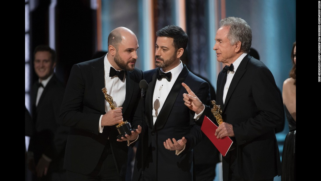 Horowitz, host Jimmy Kimmel and Beatty confer briefly after the mistake was made known.