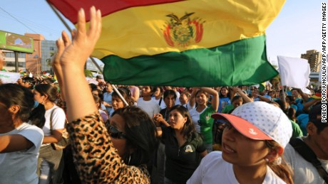 Members of the Protestant Church demonstrate for peace with a Bolivian national flag in Santa Cruz, Bolivia on September 13, 2008. Armed anti-government protesters clashed with troops in northern Bolivia Saturday, as a deadly crisis in the poor South American nation defied President Evo Morales's attempts to re-impose his authority over rebel regions. AFP PHOTO / Pablo Porciuncula (Photo credit should read PABLO PORCIUNCULA/AFP/Getty Images)