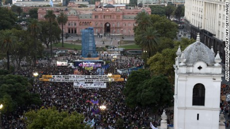 "General view of the ""Ni Una Menos"" march for International Women's Day, outside the government Casa Rosada in Buenos Aires on March 8, 2017. / AFP PHOTO / JUAN MABROMATA        (Photo credit should read JUAN MABROMATA/AFP/Getty Images)"
