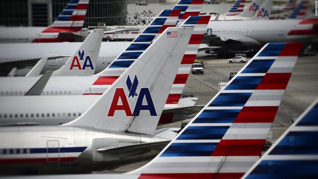 Αεροπορικά υπάλληλο που λαμβάνεται έναν επιβάτη, τον αριθμό τηλεφώνου και, στη συνέχεια, παρενόχληση μέσω του κειμένου, αγωγή ισχυρίζεται