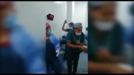 Bailan Rumba En El Quirófano Alrededor De Paciente Desnuda Y Anestesiada
