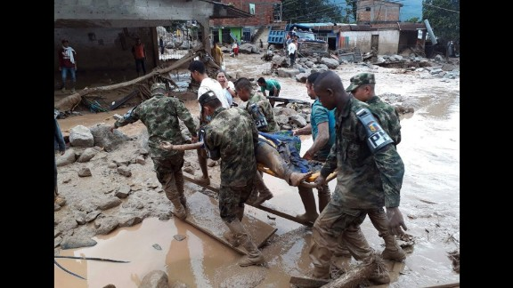 Soldiers evacuate one of the injured in Mocoa. Three rivers overflowed and unleashed muddy waves that engulfed homes, cars and bridges.