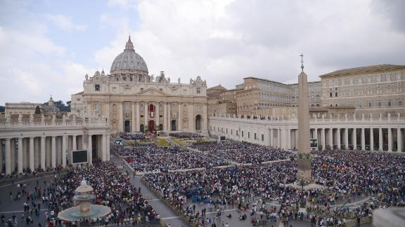 A general view shows the crowd during the Easter Sunday mass on April 16, 2017 at St Peter's square in Vatican. Christians around the world are marking the Holy Week, commemorating the crucifixion of Jesus Christ, leading up to his resurrection on Easter. / AFP PHOTO / Filippo MONTEFORTE        (Photo credit should read FILIPPO MONTEFORTE/AFP/Getty Images)