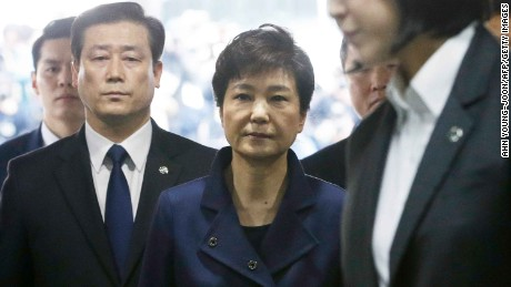 South Korea's ousted president Park Geun-Hye (C) arrives for questioning on her arrest warrant at the Seoul Central District Court in Seoul on March 30, 2017.
