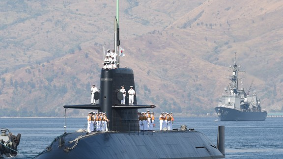 Japanese submarine Oyashio, escorted by one of destroyers JS Ariake (R), arrive, at the former US naval base in Subic bay, on April 3, 2016. Two Japanese destroyers and a submarine docked at a Philippine port April 3, near disputed South China Sea waters, where Beijing's increasingly assertive behaviour has sparked global concern. / AFP / TED ALJIBE        (Photo credit should read TED ALJIBE/AFP/Getty Images)