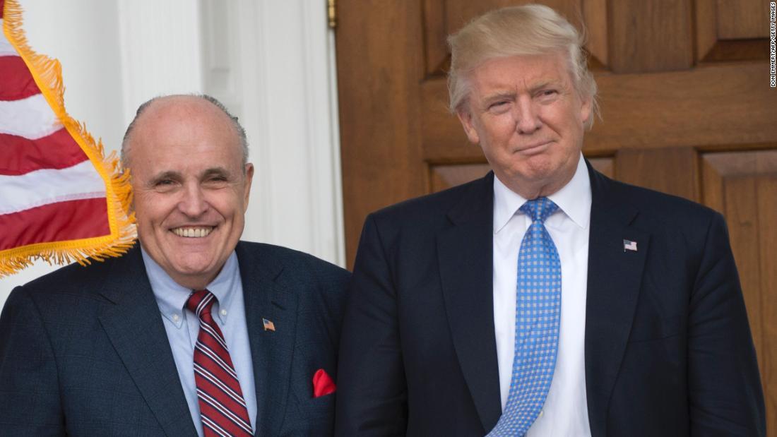 Σημάδι της αλληλεγγύης; Trump και ο Τζουλιάνι είχε γεύμα με τον Πρόεδρο του γκολφ