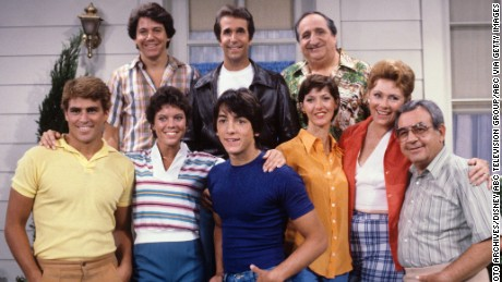 Ted McGinley, Anson Williams, Erin Moran, Henry Winkler, Scott Baio, Linda Goodfriend, Al Molinaro, Marion Ross, Tom Bosley  (Photo by ABC Photo Archives/ABC via Getty Images)