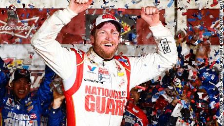 Dale Earnhardt Jr. è finora uno dei driver NASCAR più popolari. Ecco un assaggio della sua carriera