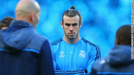 MANCHESTER, ENGLAND - APRIL 25:  Cristiano Ronaldo (L) and Gareth Bale (C) listen to Zinedine Zidane manager of Real Madrid during a Real Madrid training session on the eve of their UEFA Champions League semi final first leg match against Manchester City at the Etihad Stadium on April 25, 2016 in Manchester, United Kingdom.  (Photo by Dave Thompson/Getty Images)