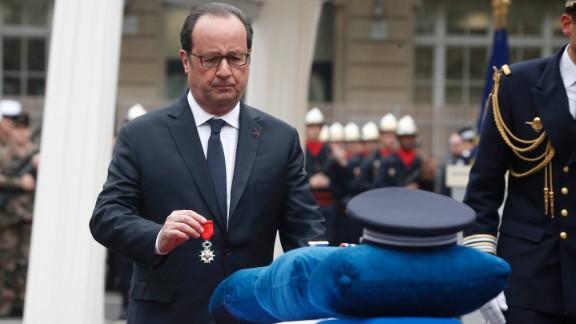 Hollande posthumously awards Jugelé.