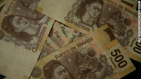 Picture of the Mexican five hundred peso note taken on December 27, 2011 in Mexico City.  AFP PHOTO/Yuri CORTEZ (Photo credit should read YURI CORTEZ/AFP/Getty Images)