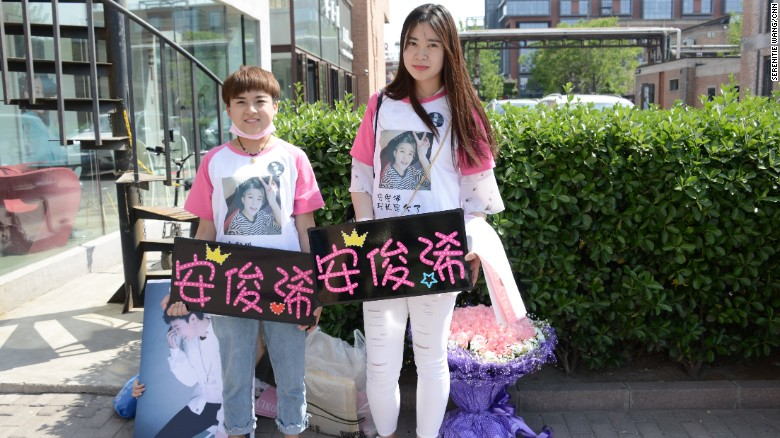 Fans (Ai Jun is on the left) came to the FFC-Acrush press conference bearing roses.