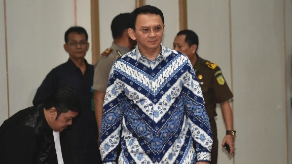"""Jakarta Governor Basuki """"Ahok"""" Tjahaja Purnama, center, enters the court room as he attends his sentencing hearing in Jakarta, Indonesia, Tuesday, May 9, 2017. The minority Christian governor is currently on trial on accusation of blasphemy following his remark about a passage in the Quran that could be interpreted as prohibiting Muslims from accepting non-Muslims as leaders. (Bay Ismoyo/Pool Photo via AP)"""