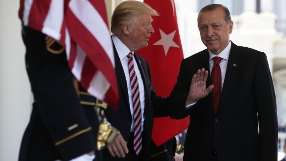 WASHINGTON, DC : U.S. President Donald Trump welcomes President Recep Tayyip Erdogan ) of Turkey outside the West Wing of the White House May 16, 2017 in Washington, DC. (Alex Wong/Getty Images)