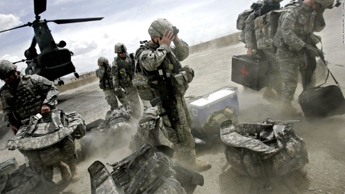 US soldiers disembark from a helicopter in Afghanistan's Ghazni Province on May 28, 2007.