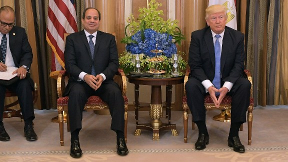 US President Donald Trump (R) and Egyptian President Abdel Fattah al-Sisi take part in a bilateral meeting at a hotel in Riyadh on May 21, 2017. / AFP PHOTO / MANDEL NGAN