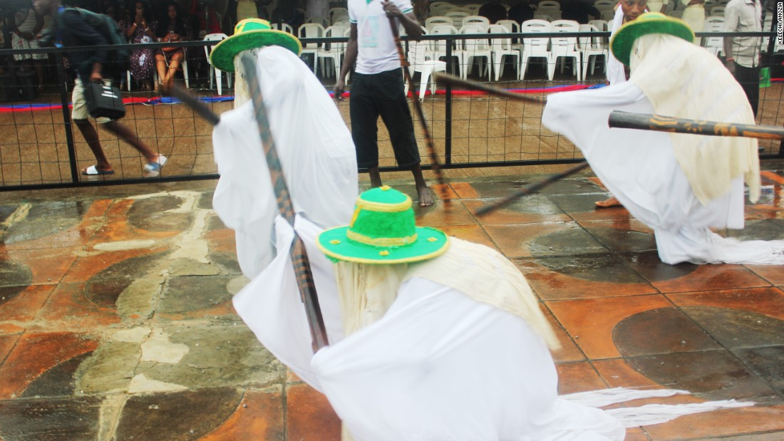 The Eyo wear white, but their hats are colored to differentiate between groups. Eyo's also wear a veil to cover the face, an agbada (robe) to cover their bodies, an aropale (cloth) is worn under the agbada and wraps around the legs. It stretches up to three feet behind the Eyo to sweep away evil.