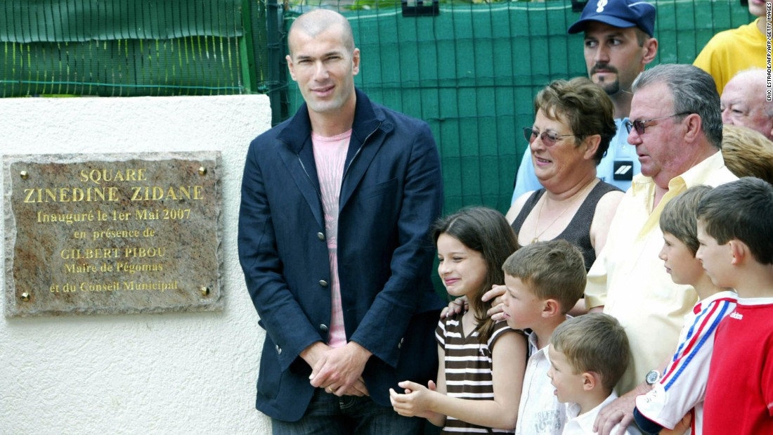 Zinedine zidane l poses next to former hosts jean claude r